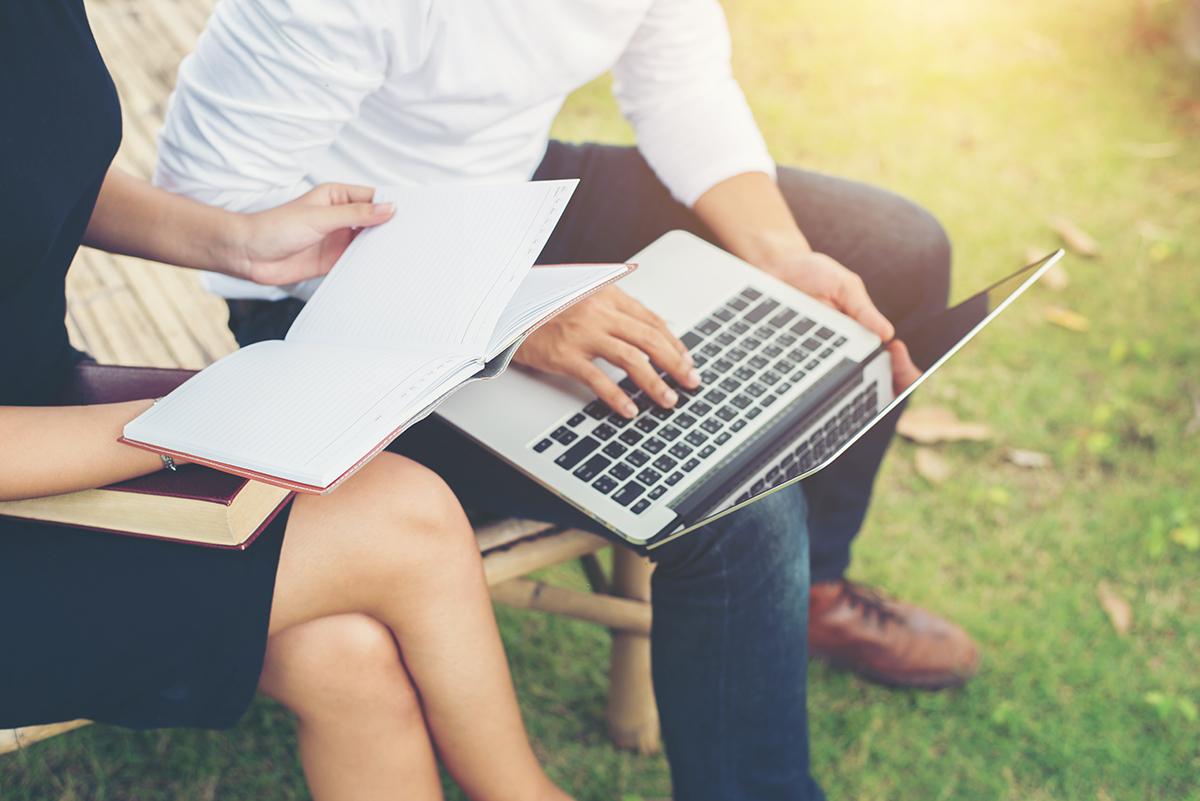 Девушка с парнем смотрят летние онлайн курсы для маркетологов.